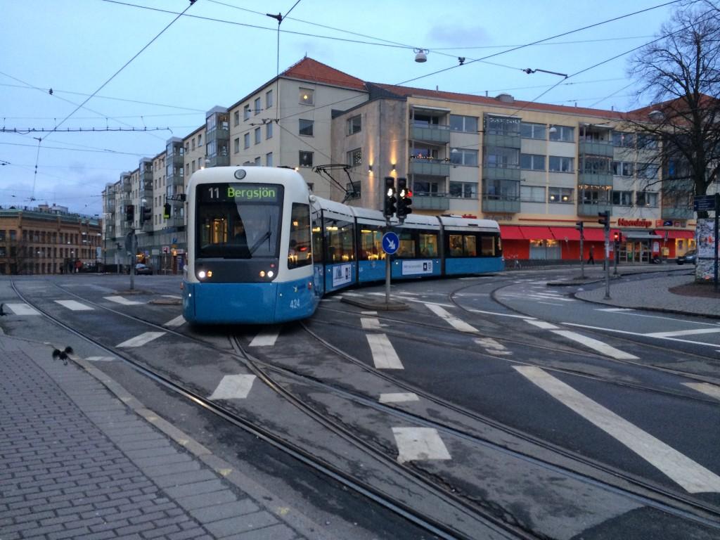 Ovanlig syn med vänstersvängande spårvagn på Stigbergstorget.